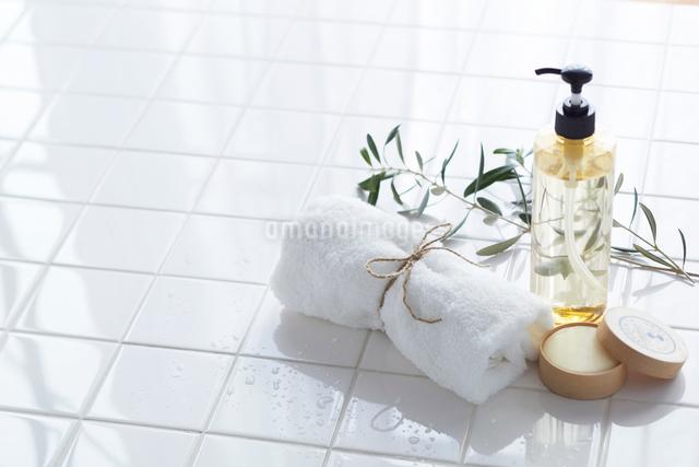 タイルの上のセッケンとタオルとボトルの写真素材 [FYI01460350]
