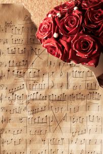 楽譜とバラの花の写真素材 [FYI01460370]