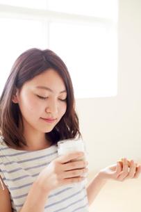 化粧品のにおいをかぐ若い女性の写真素材 [FYI01460380]