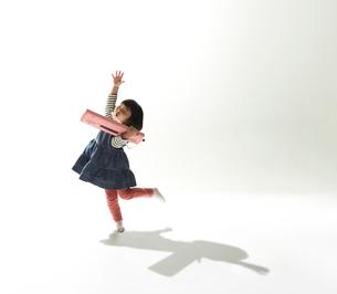 踊りながらピアニカを吹く女の子の写真素材 [FYI01460394]