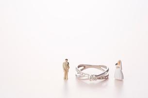 指輪の横に立つ新郎新婦の人形の写真素材 [FYI01460468]
