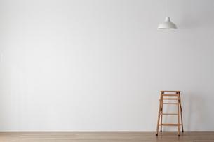 白いイスとペンダントライトの写真素材 [FYI01460491]