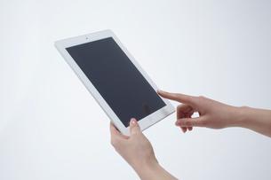 タブレットPCを操作する女性の手の写真素材 [FYI01460492]