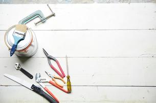 白い木の床と工具やペンキの写真素材 [FYI01460528]