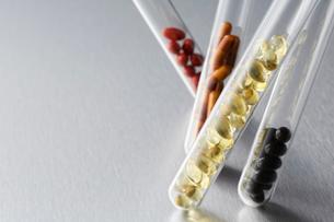 試験管に入った各種ビタミン剤の写真素材 [FYI01460537]