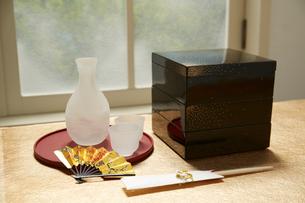 窓辺の重箱と酒器と扇子の写真素材 [FYI01460538]