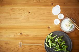 木テーブルの上の枝豆と冷奴と冷酒の写真素材 [FYI01460541]