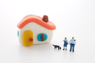 粘土の家と2人の警察官の人形と犬の写真素材 [FYI01460577]