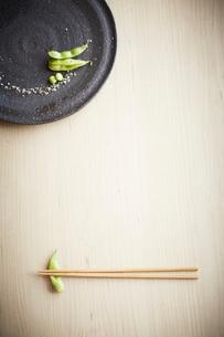 枝豆の八寸と箸の写真素材 [FYI01460588]