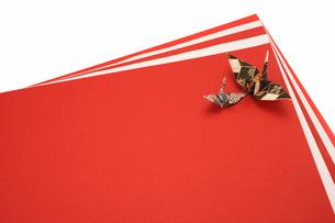 紅白の紙と折り鶴の写真素材 [FYI01460597]