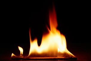 激しく燃える炎の写真素材 [FYI01460613]
