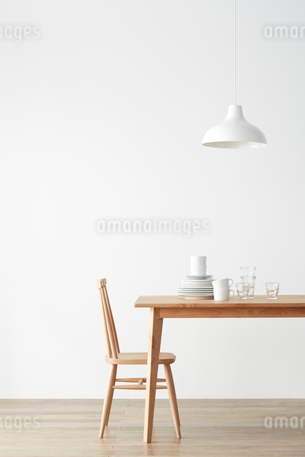 ダイニングテーブルと食器の写真素材 [FYI01460634]