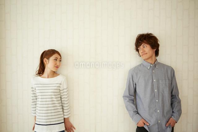 壁の前に立つ男女の写真素材 [FYI01460637]