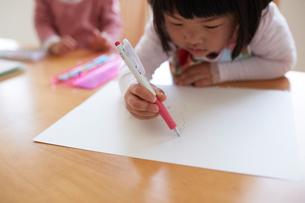 お絵かきをする2人の女の子の写真素材 [FYI01460648]