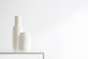 白壁と花瓶の写真素材 [FYI01460667]