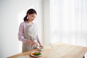 お弁当を作る若い女性の写真素材 [FYI01460698]