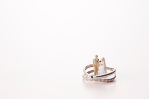 指輪の中に立つ新郎新婦の人形の写真素材 [FYI01460709]
