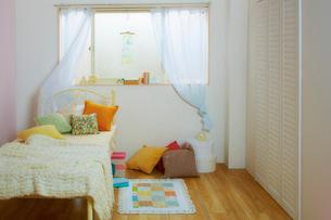 ベッドが置かれた子供部屋の写真素材 [FYI01460711]