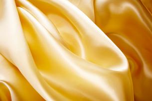 金色サテンのドレープの入った生地の写真素材 [FYI01460717]