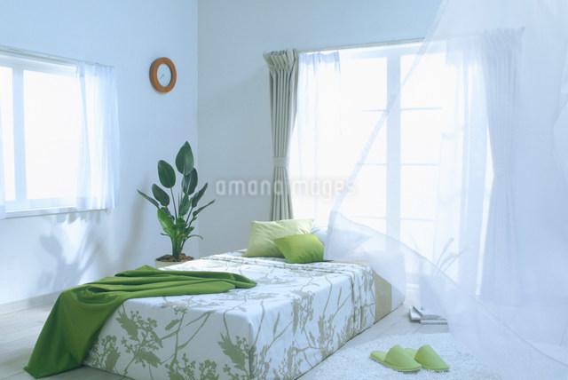 風のそよぐベッドルームの写真素材 [FYI01460728]