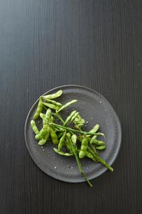黒い皿に乗った枝豆の写真素材 [FYI01460758]