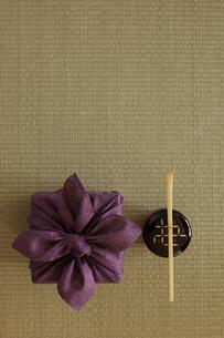 畳の上の風呂敷と茶杓となつめの写真素材 [FYI01460763]