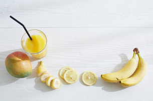 スムージーと果物の写真素材 [FYI01460802]