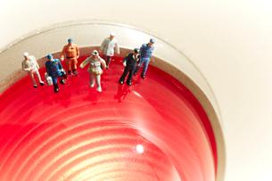 赤いランプの上の沢山の消防士の人形の写真素材 [FYI01460804]