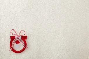 小さな赤いしめ縄飾りの写真素材 [FYI01460809]