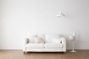 白いソファとサイドテーブルの写真素材 [FYI01460816]