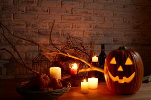 キャンドルとカボチャでハロウィンの飾りつけの写真素材 [FYI01460834]