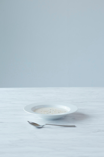 大理石の上のジャガイモのスープの写真素材 [FYI01460836]