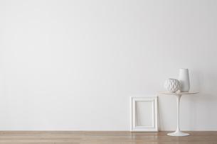 白い小テーブルとフレームの写真素材 [FYI01460841]