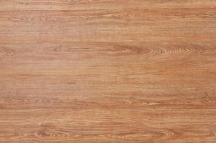 木目の目立つ木の板を並べているの写真素材 [FYI01460845]