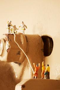 機械の上の沢山の消防士の人形の写真素材 [FYI01460847]