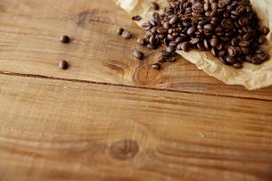 机の上のコーヒー豆の写真素材 [FYI01460875]