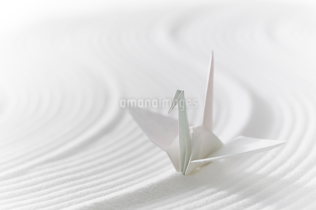 白砂で描いた曲線と折り鶴の写真素材 [FYI01460899]