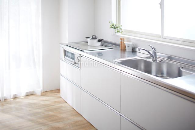 明るい窓の方向にキッチンを見るの写真素材 [FYI01460902]