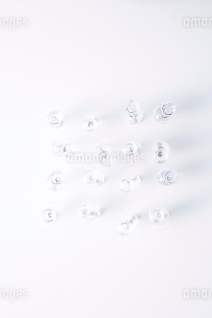 紙に刺さった透明プッシュピンの写真素材 [FYI01460909]