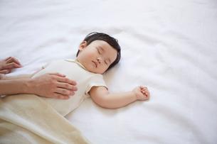 寝ている赤ちゃんとお母さんの手の写真素材 [FYI01460951]