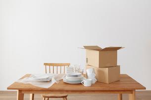 ダイニングテーブルの上の食器と梱包材の写真素材 [FYI01460970]