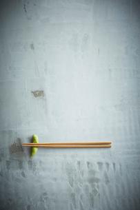 枝豆の箸置きと箸の写真素材 [FYI01460992]