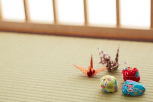 畳の上のお手玉と折り鶴の写真素材 [FYI01460993]