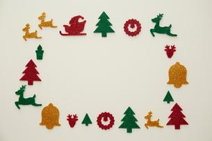 白色の紙に置かれたクリスマスのオブジェの写真素材 [FYI01461002]