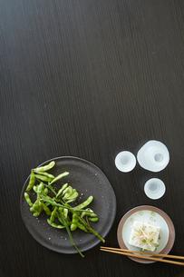 黒いテーブルの上の枝豆と冷奴と冷酒の写真素材 [FYI01461010]