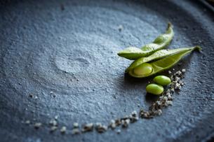 お皿の上の枝豆の写真素材 [FYI01461020]