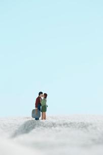 砂浜でキスをする男女の人形の写真素材 [FYI01461041]