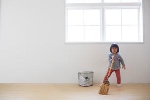 掃除をする女の子の写真素材 [FYI01461062]