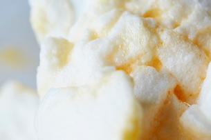メレンゲに黄身を混ぜたアップの写真素材 [FYI01461068]