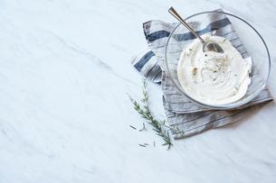大理石に置かれたクリームチーズとローズマリーのソースの写真素材 [FYI01461072]